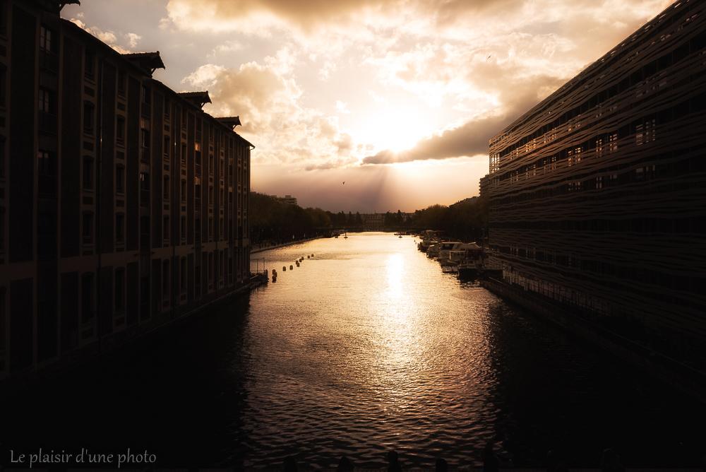 Entre deux immeubles pointe la lumière